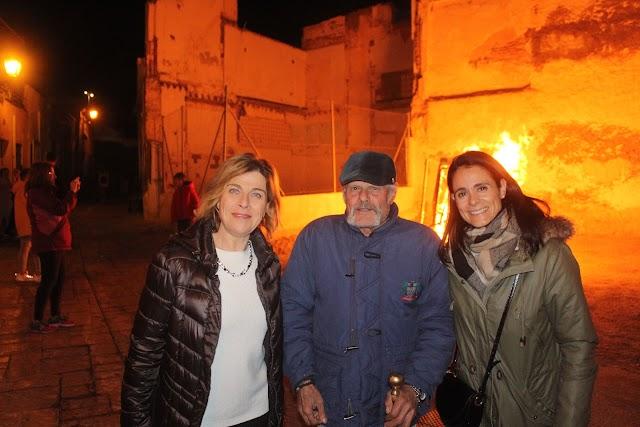 Las concejalas del equipo de Gobierno de Almería, Paola Laynez y Mª del Mar García, junto al patriarca de la calle Hércules.