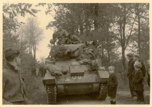 Photo: 1944 Passeren van de eerste geallieerde poolse Stuarttank van het verkenningsregiment aan de Burgstsedreef te Kesteren