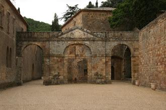 Photo: toegang de abdij van Fonfroide ( koude bron)