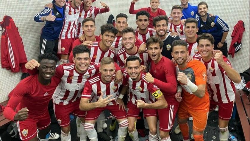 El filial celebrando la victoria en Málaga.