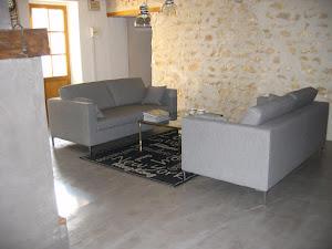 sol de séjour relooké avec du béton ciré design et décoration moderne par Les Bétons de Clara réseau d'applicateurs béton ciré