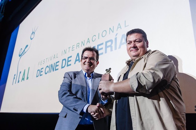 Kiko Medina, recibiendo de manos de Antonio J. Rodríguez, diputado de Cultura en 2016, el premio ASFAAN por su trayectoria.