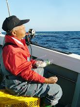 Photo: 「あーいいですなー 海は!」・・って、のんびりし過ぎ! みんな釣ってますよ!シモカワさん!!