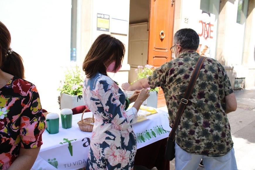 Concejalas del Ayuntamiento de Almería participando en su mesa petitoria.