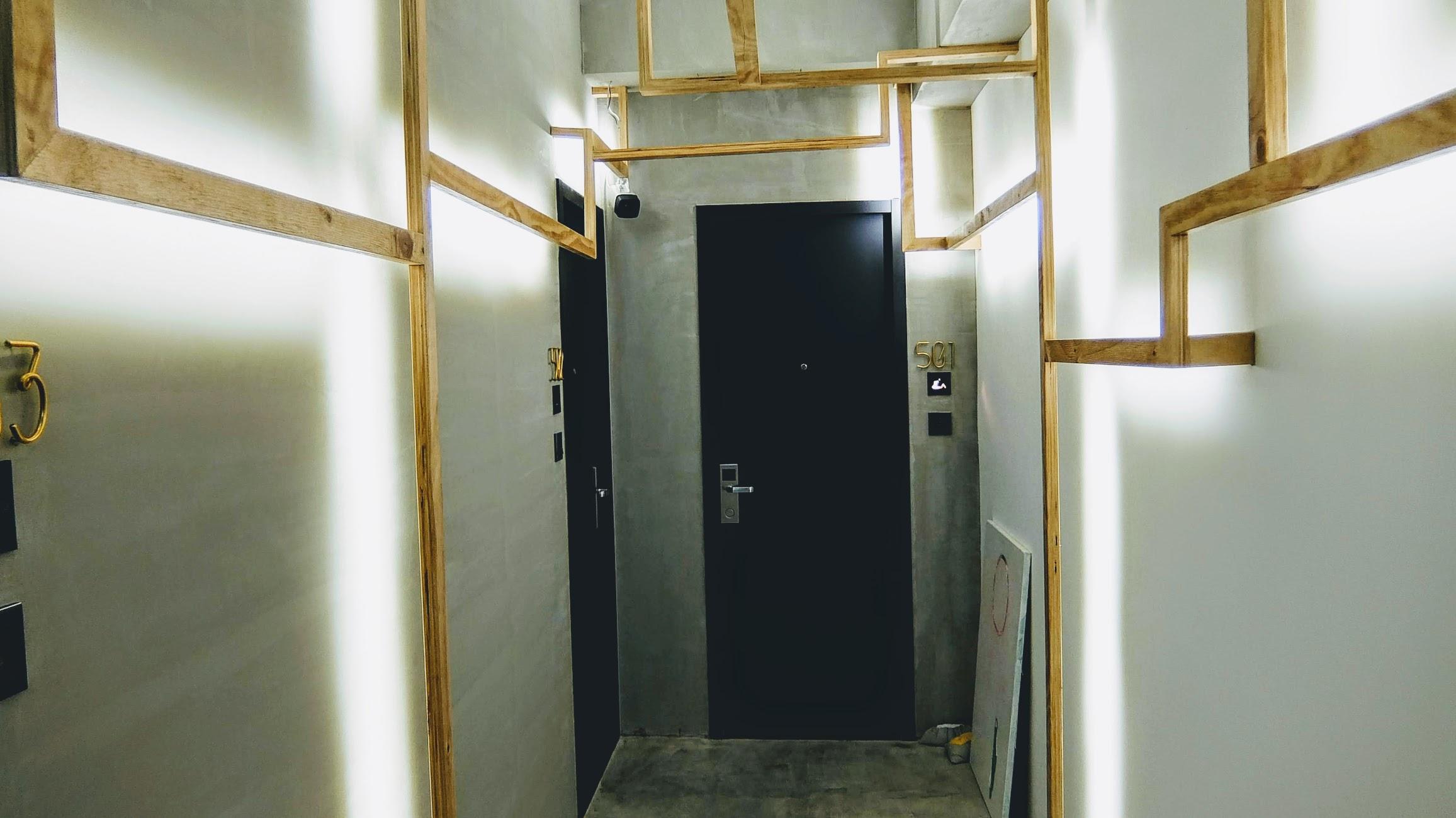 通往房間的門,二側就是簡單的佈置,加上水泥面拋光的牆面....