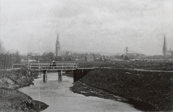 Photo: 1918 Verlaatbrug over de Weerijssingel, op de achtergrond van links naar rechts de Fellenoord, kerktorens van de Grote Kerk, St. Antoniuskerk en de Maria Hemelvaartkerk.