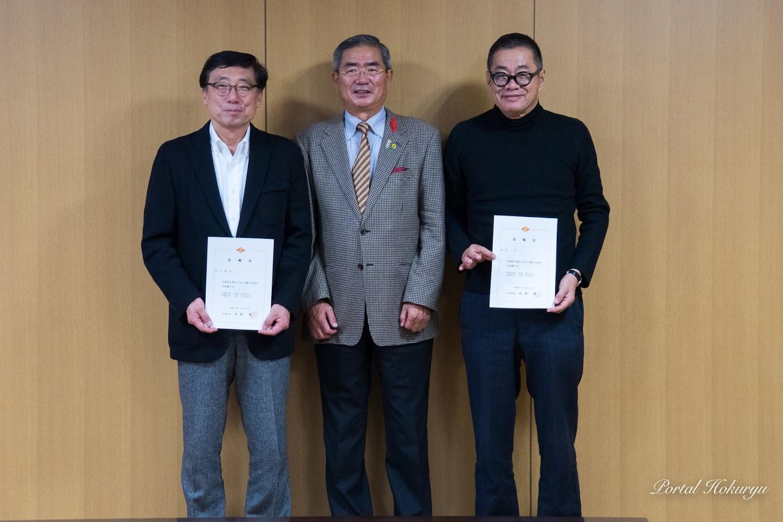 左より:鈴木輝隆 氏、佐野豊 町長、梅原真 氏