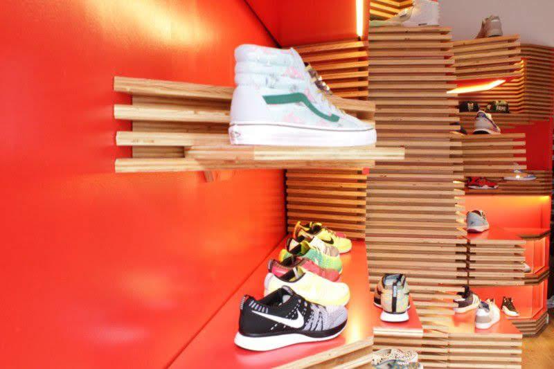 kệ trưng bày giày thông minh