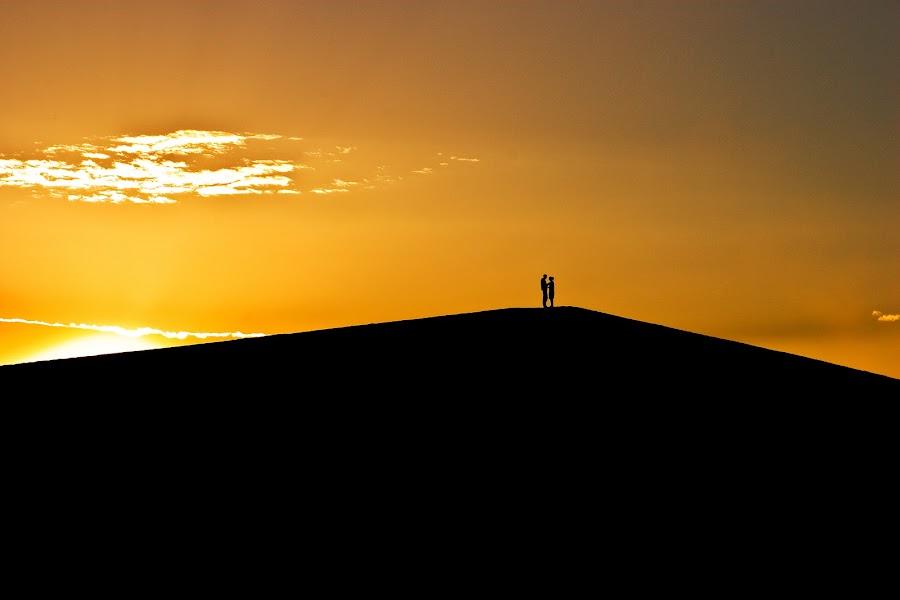 Sunset Lovers by Peter Foye - People Fine Art