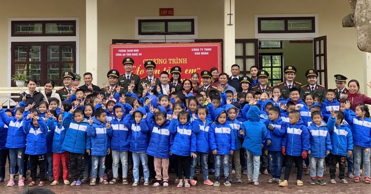 Đoàn đã tặng 170 suất quà cho học sinh 2 trường TH Châu Lộc (Quỳ Hợp) và trường TH Châu Thuận (Quỳ Châu)