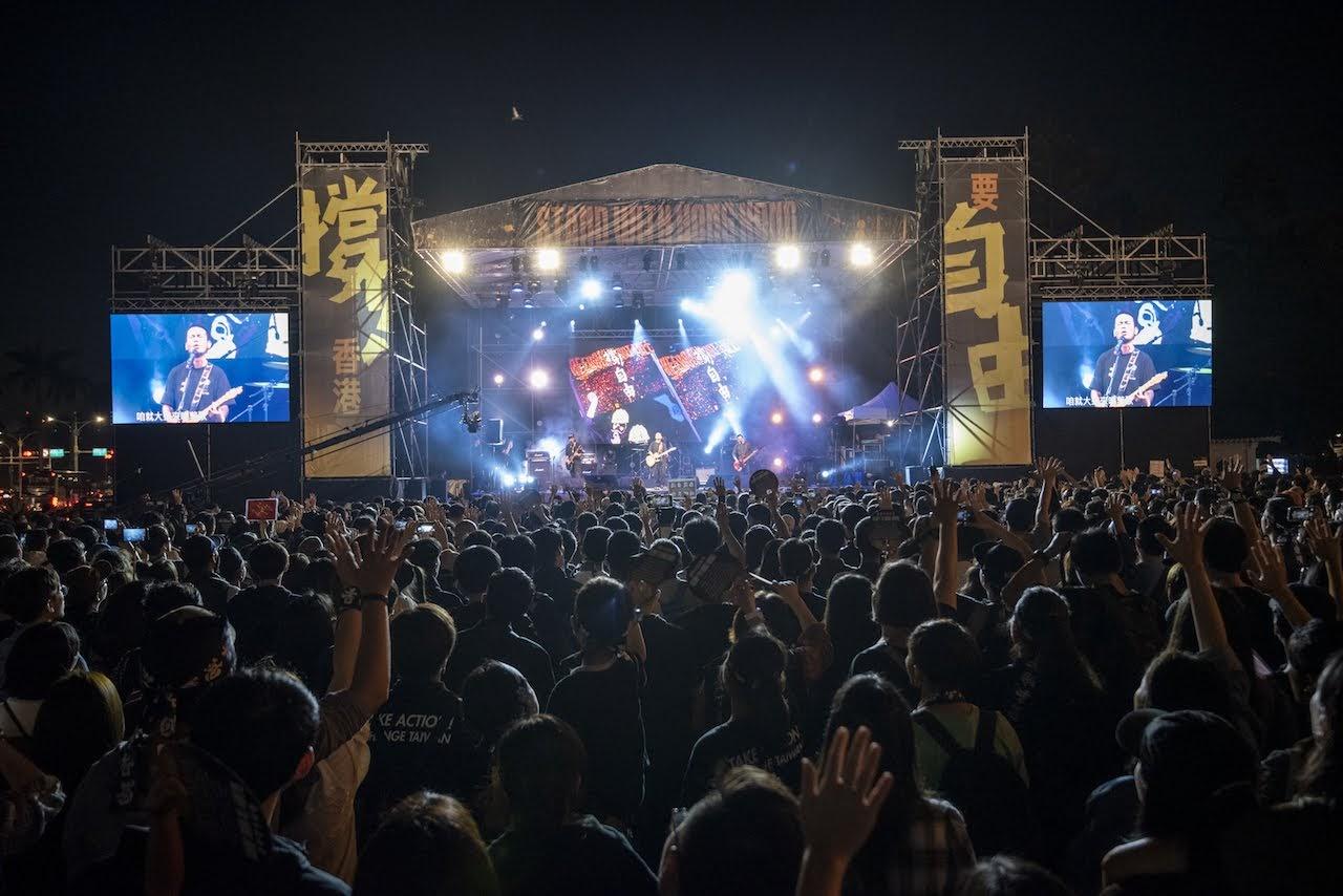 [迷迷音樂] 滅火器 撐香港演唱會 〈雙城記〉首唱 後台與林夕相見歡激昂互稱「香港加油」