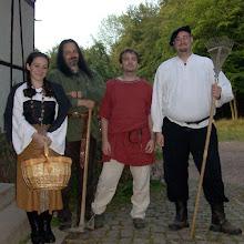 Photo: Tochter Svantje, Leibeigener Pit Bullen, Jungknecht Hans und Altknecht Jodokus aus der Scheune.