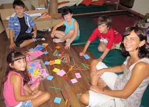 Photo: Los niños muy entretenidos entre cartulinas y fibrones!