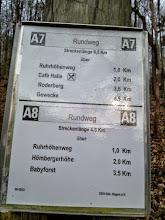 Photo: Gleiche Stelle: sprachlich etwas fragwürdige Darstellung mit hoffentlich korrekten Entfernungsangaben.
