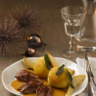 Kartoffelknödel in Salbeibutter mit Birne und Rehmedallions