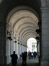 Photo: Burnham linked the monumental end pavilions with long arcades enclosing loggias in a long series of bays.