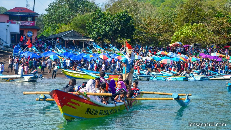 Sewa Perahu untuk menyebrang sungai tawar yang kadang berubah-ubah