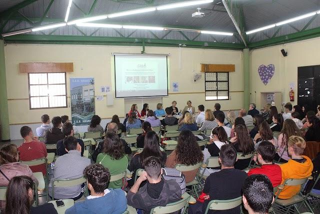 Los alumnos de 2º de Bachillerato asistieron a la mesa redonda del IES Aguadulce.