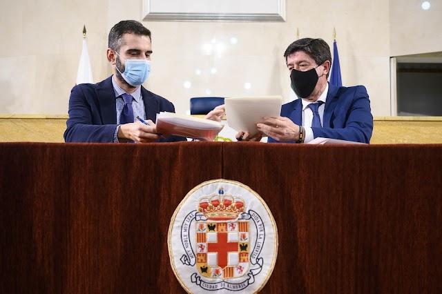 El alcalde de Almería y el vicepresidente andaluz sellan el acuerdo.