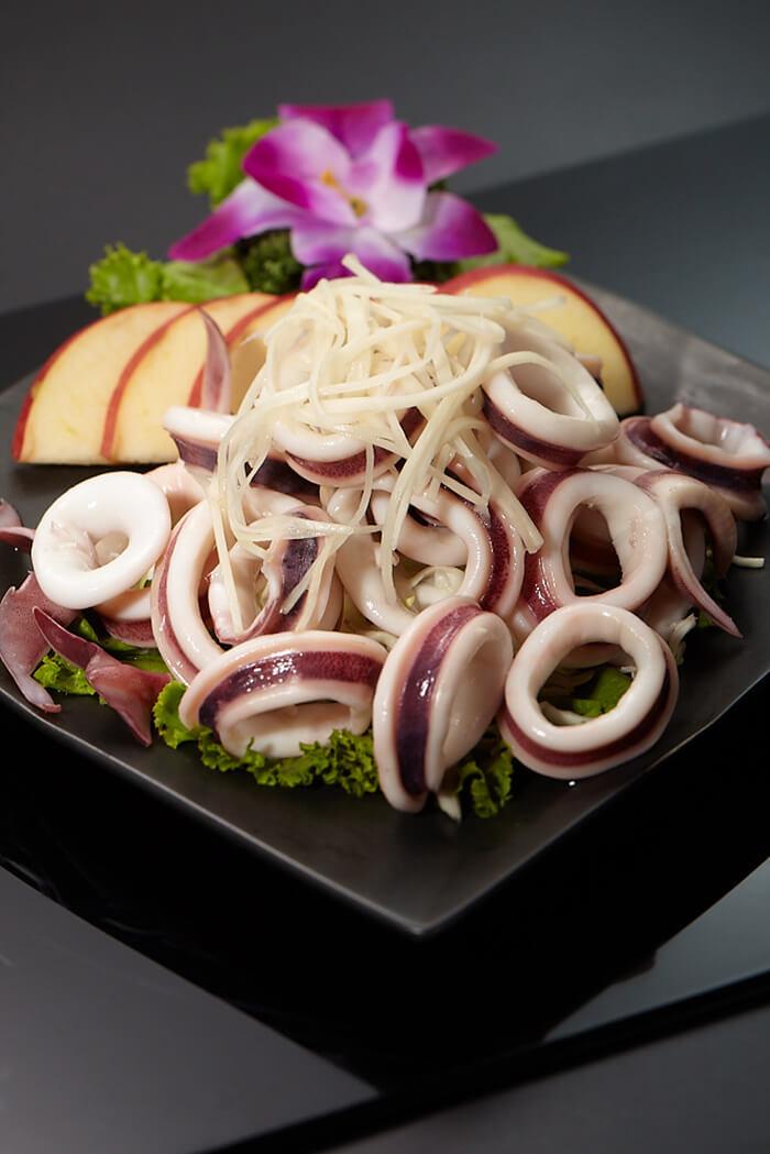透抽在料理上常使用切圈的方式來做處理,這樣的大小方便入口享用、也會有更佳的口感體驗。