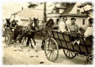 """Photo: 1949 r. """"Cesarką """" przejeżdza orszak weselny."""