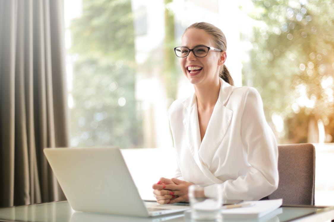 Mulher De Negócios Rindo Trabalhando No Escritório Com Um Laptop
