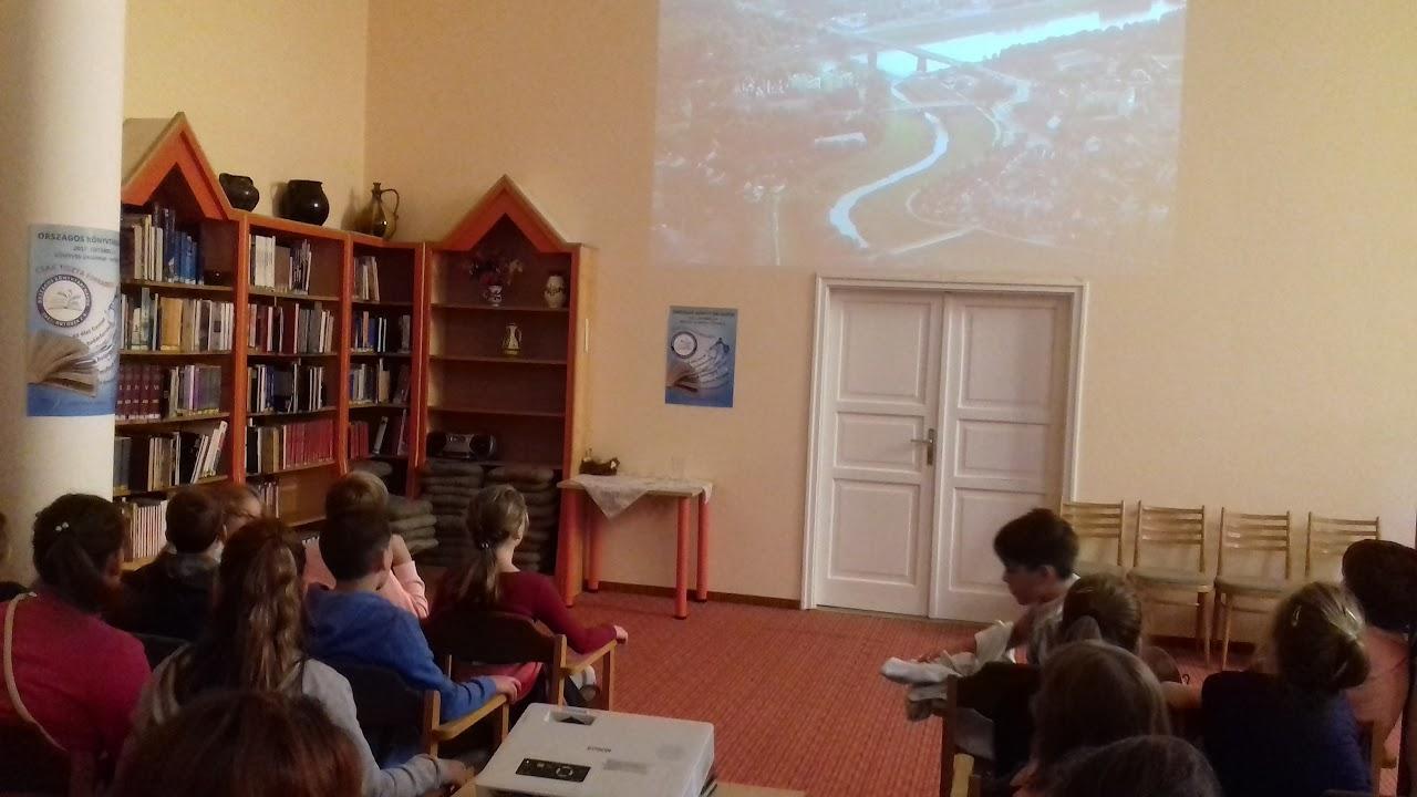 Iskolai csoport a gyermekkönyvtár