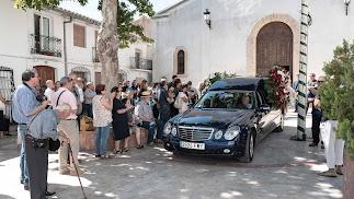 Aplauso para Julio Alfredo Egea, a las puertas de la iglesia de Chirivel.