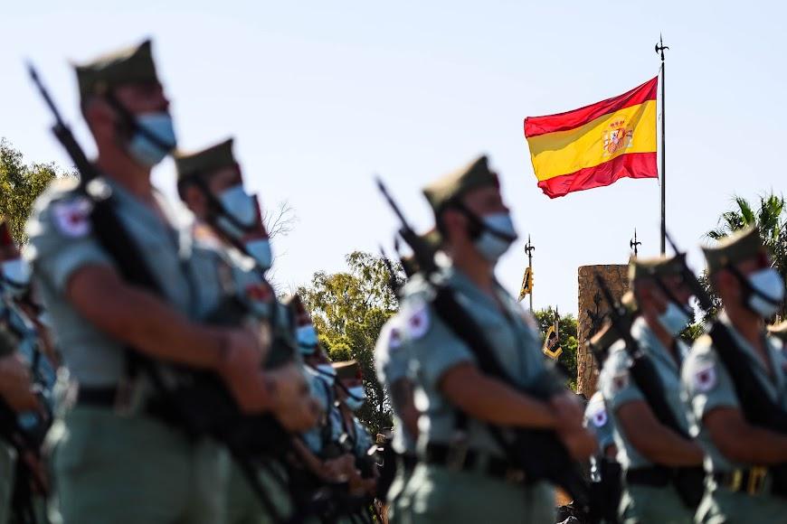 La bandera española luciendo durante la parada militar.