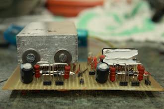 Photo: TDA com dissipador e TDA com pasta térmica Coloquei pasta térmica nos TDAs para melhorar a dissipação do calor.