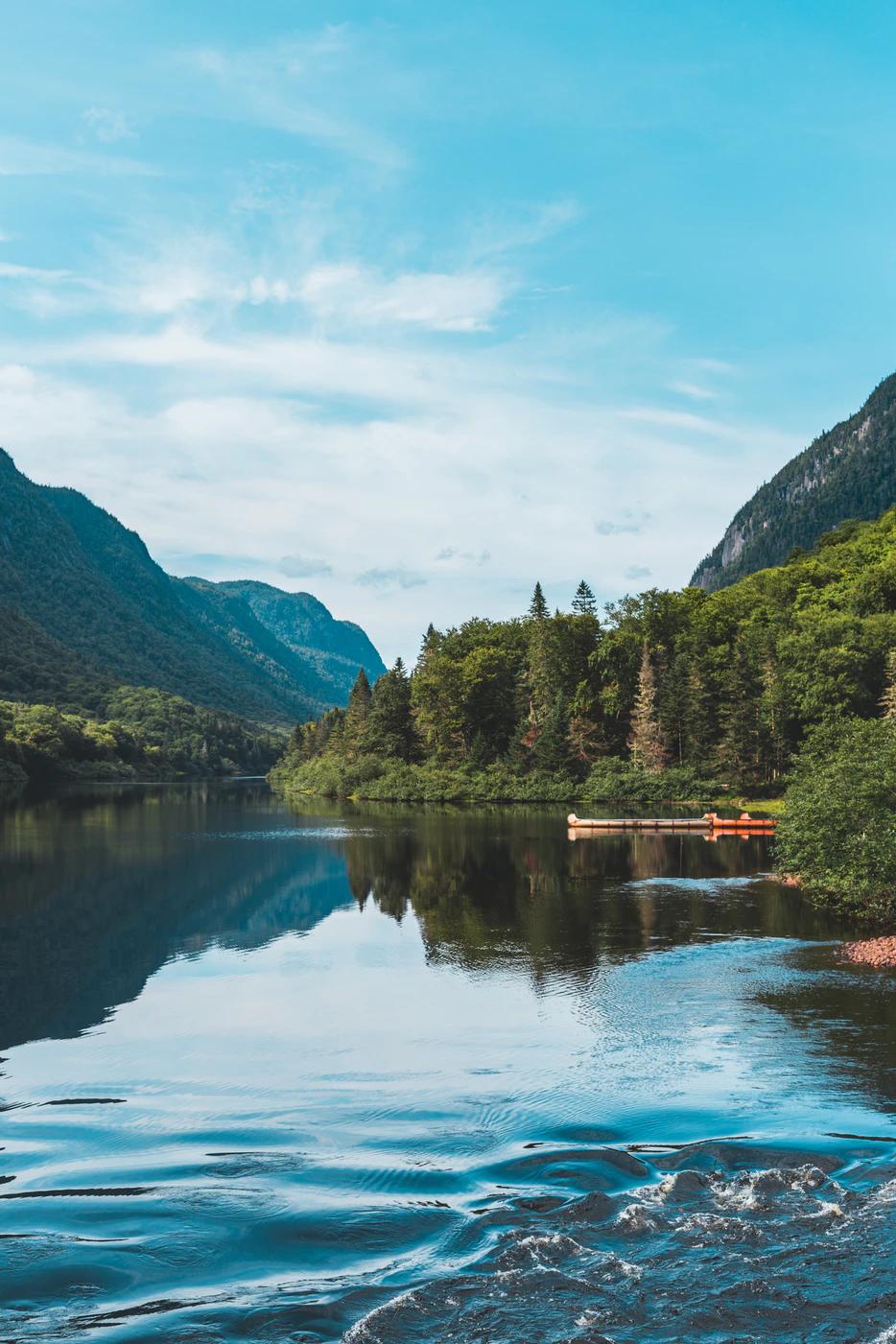 le parc national de la Jacques-Cartier vue de l'eau des forêts