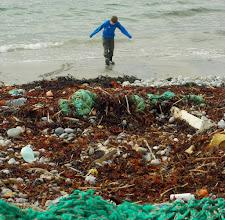 Photo: På dette bildet: En trålpose, en trosse, drikkeflasker, en bit gulvbelegg, skumgummi, taubiter, pakkebånd, en fiskekasse og mye mer. Det er ikke så artig å leke på stranda da. På bildet: Sigurd Bjørn.