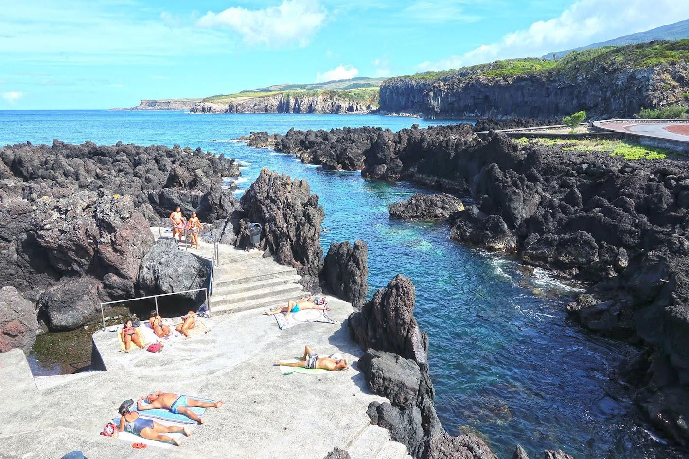 Nadar na magnífica piscina natural da Calheta dos Lagadores, na ilha Terceira