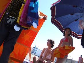 Photo: Am gepflegten Strand gibt es alles, was das Herz nur irgendwie begehren könnte. Teilweise sind die fliegenden Händler mit ganzen Garderobenstangen unterwegs: mobile Geschäfte für Strandbedarf aller Art.
