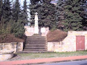 Photo: 2003 - Ehrendenkmal vor der St.Petri Kirche Dort werden zu Ehren der Gefallenen Kränze niedergelegt