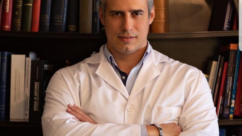 Fotografía del dr GuillermoFord en su consulta