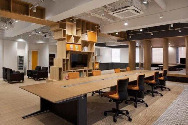Thiết kế nội thất văn phòng với chất liệu gỗ