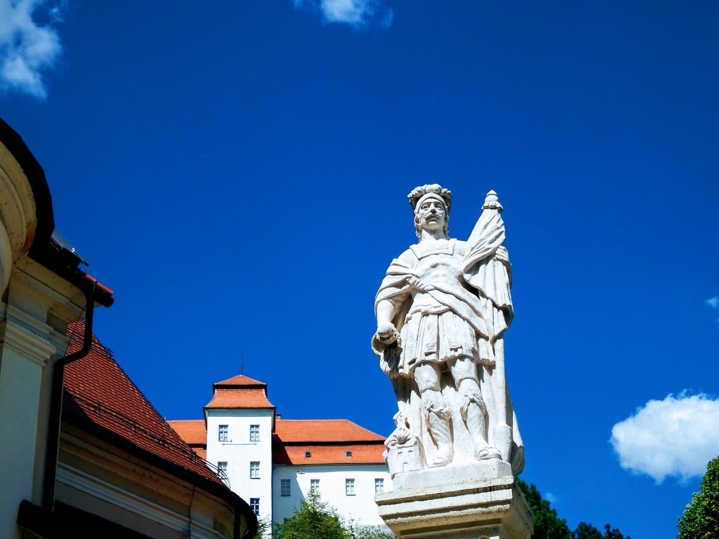 Lendava (Lendva) - kip sv. Florijana na Cerkvenem trgu (Szent Flórián-szobor a templom téren)
