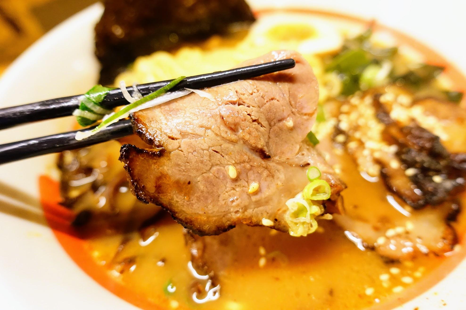 叉燒肉有烤過,帶著油花,吃起來不柴頗為好吃的喔!