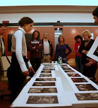 Photo: Laura MARCOLINI legge il portfolio di Michele BRANCATI