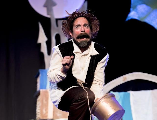 Uno de los actores en plena actuación teatral.