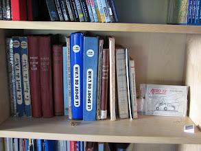 Photo: Toutes les éditions du Sport de l'Air d'Henri Mignet ainsi que d'autres livres sur le Pou du Ciel