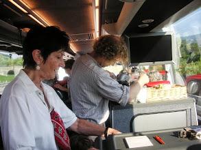Photo: Lotti Schaffner und Irma Ruch bedienten uns im Car mit Kaffee und Gipfeli