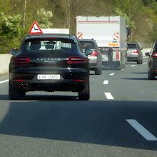 Photo: Im Inntal ein Porsche »Macan S« targato EXX CARS mit beleuchtetem Innenkennzeichen »EX p X CARS« bei der Begleitung eines Hochsicherheitstransports