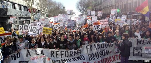 Photo: GRA087. MADRID, 06/02/2013.- Los estudiantes recorren el centro de Madrid en una manifestación contra la reforma educativa que prepara el Ministerio de Educación, coincidiendo con el segundo de los tres días de huelga en los centros públicos de Secundaria convocada por el Sindicato de Estudiantes. EFE/Zipi