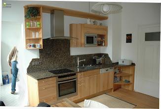 Photo: Massivholzküche mit Granitarbeitsplatten