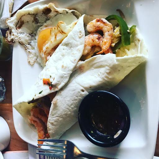 喜歡假日悠閒的早午餐~ 鮮蝦貝里托卷270/元是每次必點的菜單 (我怎麼把食物的照片拍的這麼醜啊!)