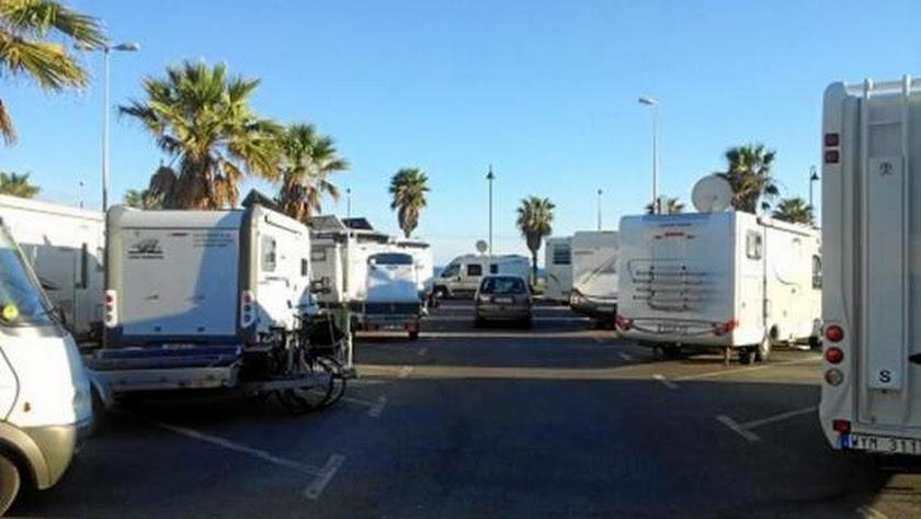 Autocaravanas aparcadas en la zona de Playa Serena.