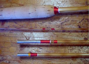 Photo: 22)ラッピング(ガイドの取り付けとフェルール、グリップチェックの巻き)が終わりました。濃い色味のカエデのショートフィラーに合わせて赤のシルクを使いました。白のシルクは塗装すると透明になり、飾り巻きのベースとなります。この後、巻糸を整えてから巻糸の部分を2回ほど塗装します。色止めはしませんので透明感がある仕上がりになります。乾燥に都合4日、時間を取ります。その後にブランク全体の塗装工程(仕上げ)に入ります。