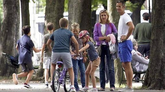 La Infanta Elena y su esposo, Iñaki Urdangarín junto con sus hijos en su primer paseo por las calles de Ginebra. Foto Emilio Utrabo.
